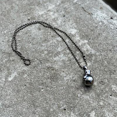 Сувенирный кулон с цепочкой боксерская перчатка темная сталь (23*15) в наличии в магазине Сайд-Степ