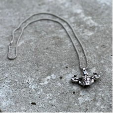 Сувенирный кулон с цепочкой в форме серебристого торса